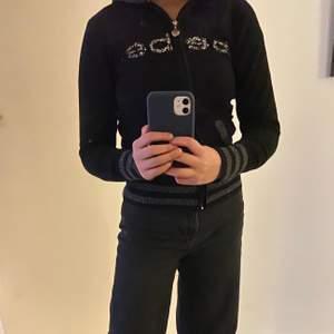 Zip hoodie. Köptes i USA för några år sedan, Originalpris 900kr. Säljer för 400kr + frakt 🤎📦