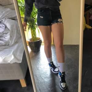 Säljer ett par mörkblå levi's shorts med slitningar till sommaren! Knapp gylf, och ingen knapp har åkt av :). Hyfsat bra skick. Köparen står för frakten💕