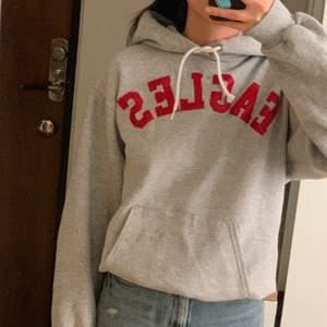 """Vintage champion hoodie med texten """"EAGLES"""" på💛🌻  Står ingen specifik storlek, men passar lagom oversized på mig som brukar ha xs-s. Den är i använt skick och har ett litet hål på vänstra ärmen, men det går lätt att sy ihop om man vill."""