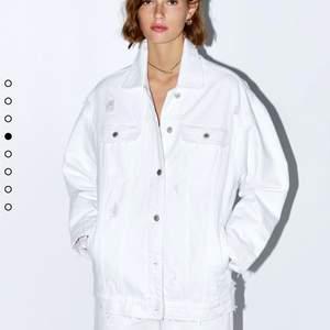 Snygg vit jeans jacka Från Zara, mycket bra skick. Storlek XS. (Fungerar från XS-M, då den är oversize). Pris går att diskutera