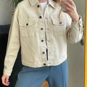 Ny jeansjacka, perfekt till våren, frakt kostar 66kr och är spårbar. Storlek M