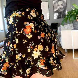 Hej! Säljer denna jättesöta kjolen från BikBok. Denna kjolen är som en blandning mellan en kjol och ett par shorts, den ser ut som en kjol men är inte helt öppen nertill, väldigt svårt att få med det på bild men är du intresserad så tveka inte om att fråga om fler bilder så fixar jag det! Denna kjolen är så fin men kommer tyvärr inte till användning för mig, den är i nyskick! 🖤