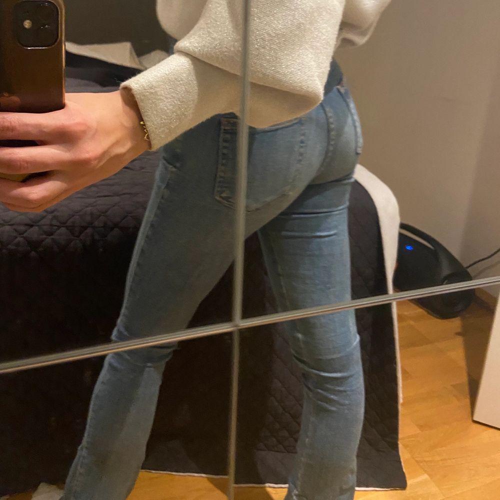 Lågmidjade jeans med slits! . Jeans & Byxor.