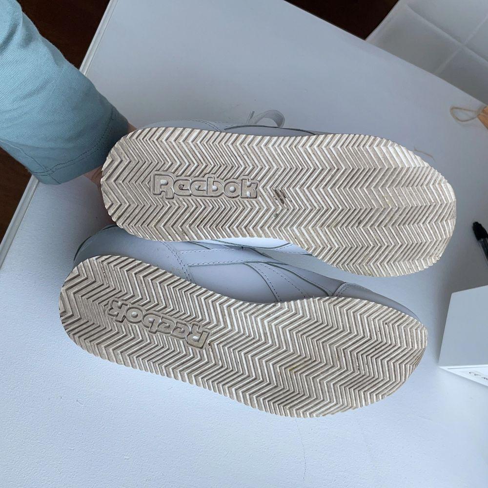 Äkta Reebok skor i bra skick. Säljer pga att jag ej använder de nå mer😊 står storlek 35 men passar mig bra som har 36. Skor.