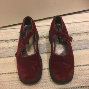 Superfina sandaler i röd sammet från tommy hilfiger. Inköpta second hand i london. Har en platå och är i en chunky modell.