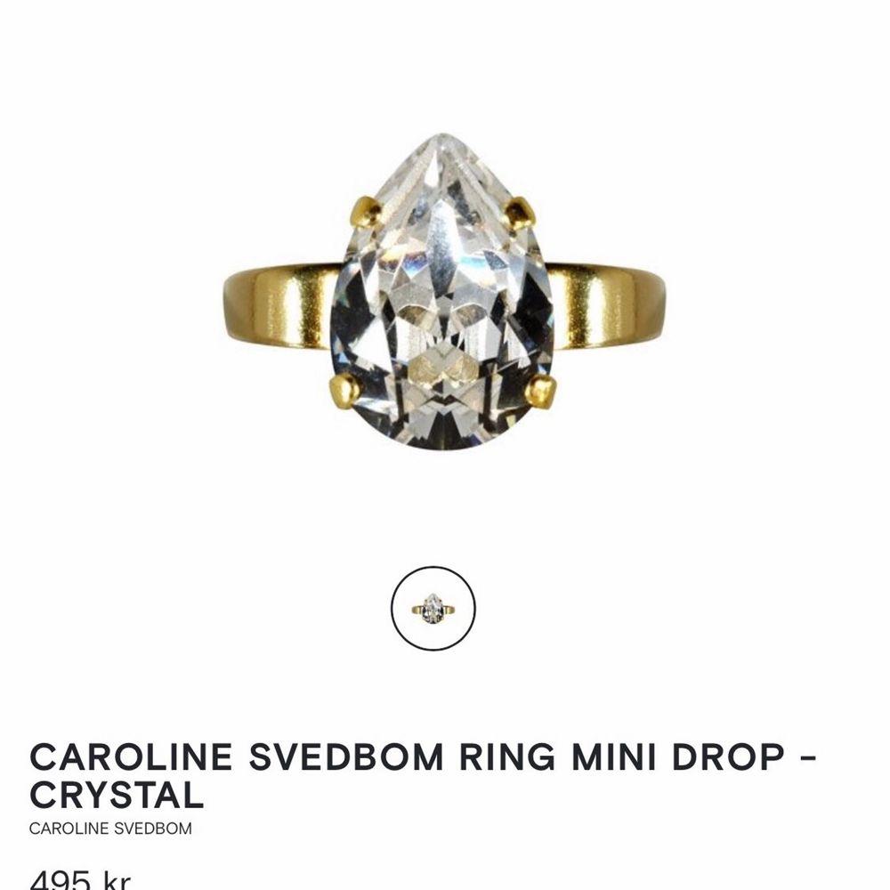 Alltsåååå SUPERfin ring 💍 som jag önskar att jag kunde bära, men är alldeles för stor på min lilla hand. Fick den i julklapp, den är helt ny och oanvänd. Bara legat i presentboxen. Asken medföljer självklart! Perfekt att ge bort som present! Köparen står för frakt 📩  NYPRIS 495 . Accessoarer.
