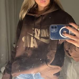 Säljer denna vintage Nike hoodien som är svin snygg och jätte gosig, buda från 300💕💕💕 den är oversized jag har storlek xs-s men den passar även min storebror som har L