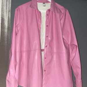 Säljer min fina läder jacka i den perfekta rosa färgen, säljer den pga att den tyvärr inte kommer till använding🥰använd 1 gång
