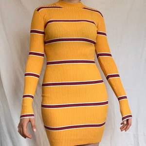 GRATIS FRAKT!! en fin gul och röd randig klänning från bik bok, perfekt för sommaren. väldigt stretchigt material och inte genomskinlig. den slutar ungefär en decimeter över knät. skulle säga att den skulle passa allt mellan XS-M för att den är så stretchig