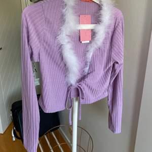 💜 Lila top från Urban Outfitters                                            💜 Helt oanvänd med lappar kvar                                         💜 Storlek M men liten i storleken så mer som en S