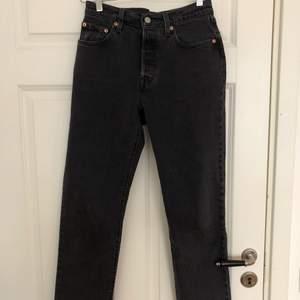 Jag säljer de här byxorna för de aldrig kommer till användning. De är oanvända och köptes för 800kr i en Lewis butik. De är sanna storleken och är i momfit, kan vara ankelkorta. Fraktas ändats och pris är diskuterbart