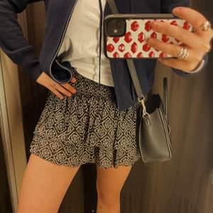 Säljer denna oanvända Zara kjol som är helt slutsåld! Alla lapparna är kvar! Kommer vara trendig denna vår och supersnygg till ett par vita sneakers🤩🌸✨ HÖGSTA BUD:  230kr!