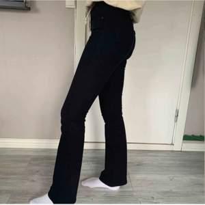 Bootcut Levis jeans i perfekt skick. Priset är inkl frakt. Bilderna är ifrån förra ägaren. Har bara testat de 😊