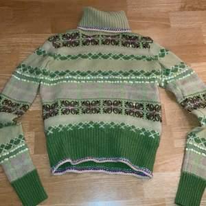 Världens vackraste tröja, ledsen att sälja men den är lite för liten för mig. Passar bäst för XS, eventuellt S också.                                                                      MEDDELA FÖR TRY-ON BILDER! KAN EVENTUELLT MÖTAS I STHLM. FRAKT CIRKA 65kr, RABATT OM DU KÖPER FLERA VAROR. PRIS KAN DISKUTERAS <3