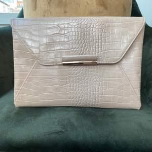 Jättefin väska. Färgen på väska är beige. Köptes för 350kr. Om ni har fler frågor kontakta mig privat.💕