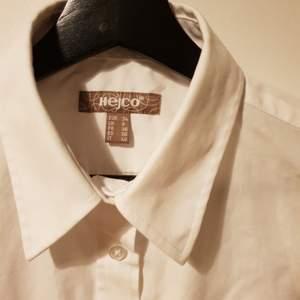 Fin vit kortärmad blus/skjorta i stl. 34.                        Ej strykt på bild. Köpt på secondhand. 45kr plus frakt. Katt finns i hemmet. Skriv om ni vill ha mer bilder.