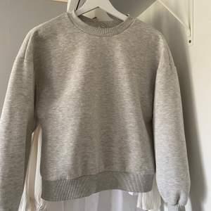 Vanlig ljusgrå sweatshirt från gina som tyvärr är för liten. Storlek XS och knappt använd då jag råka köpa fel storlek. Nypris 249 säljer för 100+ frakt 💖
