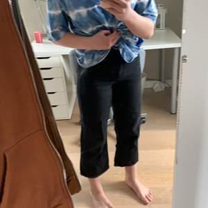 Jättefina svarta jeans från monki i modellen mozik och är i storleken 26. Själv passar dom mig perfekt i midjan och rumpan men är tyvärr lite korta för mig. Passar perfekt till sommaren☺️skriv privat för fler bilder eller om du är vid intresse av dessa. Pris+ frakt. Jag kan också mötas upp i gbg.