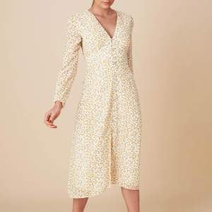 """!!Söker!! denna klänningen från adoore i storleken S.  """"Paris lemon dress"""".  Hör gärna av dig om du har en💕"""