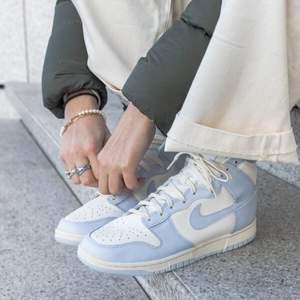 Säljer dessa trendiga och snygga dunks high Football grey, dessa skor kostar endast 1300kr och i storlek 41. Dessa skor är självklart äkta och kvitto finns. Det går att fraktas samt så kan de hämtas i Örebro/Lindesberg. Har du frågor så är det bara att fråga på.