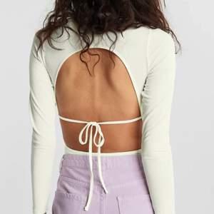 Säljer denna fina bodyn med öppen rygg 🤍 endast använd en gång så är i fint skick🤍
