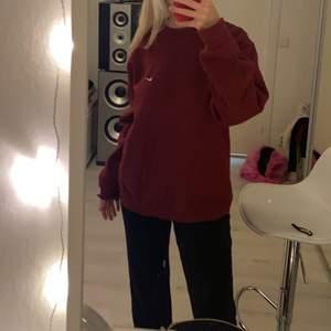 Mörk röd Nike sweatshirt (intressekoll)