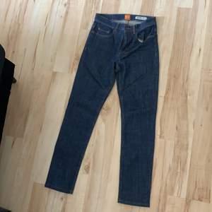 Ett par unika Hugo pass jeans i modellen slim, skulle dock säga att dom är mer straight. Us 26/32 storlek. I väldigt bra skick!
