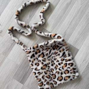 en super söt leopard väska med långt band! 😋💕 perfekt att ha på axeln <3 frakt 40 kr