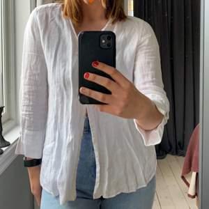 Vit linneskjorta från ZARA. Superfina detaljer på armarna och silverknappar. Säljer pga att den kommer inte till användning längre tyvärr.