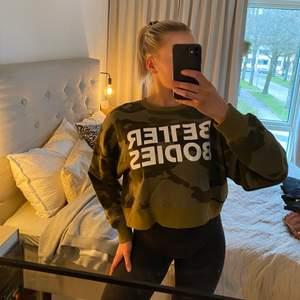 SUPERSNYGG och extremt skön croppad sweater från Better Bodies (Chelsea Sweater) i en militärgrön färg! Oversized modell! Använd max 2 gånger så toppskick😄 Ordinarie pris 399kr!