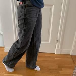 Svarta vida jeans i jättebra skick! Från monki. Jag är 1,64