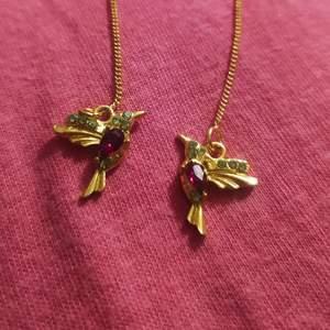 Jätte fina hängande örhängen som glittrar så fint 💜 oanvända 💜