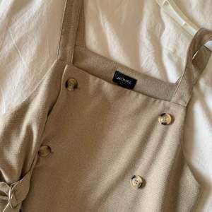 Snygg klänning från monki som sitter lite snyggt oversize på mig som är en S!🌼💫