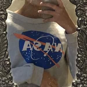 Snygg NASA tröja, säljer pga att den inte används. Ganska bred i halsen och i väldigt bra skick! jag bjuder på frakt vid köp av flera plagg💕