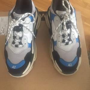 Dags o sälja av mina balenciagas då jag införskaffat nya shoes inför sommaren!                                                            -strl 42                                                                                               -condition 8/10                                                                                               -originalbox följer med                                                                                               -äkta                                                                                                 -bud från 3500                                                                                                -BIN 4000 inkl frakt
