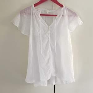 En vit blus från H&M i storlek 38 i jättebra skick. Passar också lite större storlekar typ 40-42. Frakt ingår inte