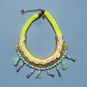 Coolt statementhalsband i neon. Vill du ha ett halsband extraallt så kan du sluta leta!