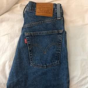 högmidjade mörka straight leg levi's jeans som blivit försmå för mig! midjemåttet är 62cm. frakt ingår i priset. andra bilden är inte min <3