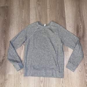 Fin sweatshirt i en lite tunnare modell. Använd kanske 2 gånger så bra skick utan noppror. Frakten är 50 kronor och den står köparen för. 70 inkl frakten