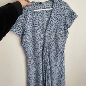Jättefin blå klänning med blommor strl 42 men mindre i storleken!!