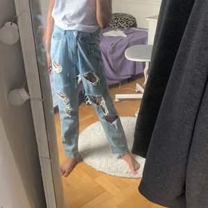 Blåa mom jeans med hål.jag ör osäker om detta kallas för mom jeansen dom går lite ut vid knän så dom ör inte tajta byxor. Jag säljer dom pågrund av att dom ör för stora för mig i midjan.köpte dom för 400 men säljer dom för 184 men plus frakt som blir 250!