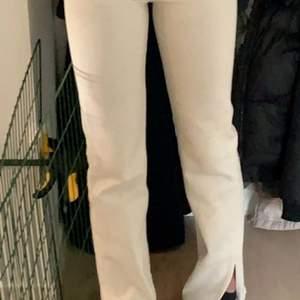 Asfina beiga jeans från pull and bear som är helt slutsålda. Dom är använda 2 gånger men ser ut som nya. Dom är långa på mig som har ganska långa ben och jag är 168 cm. Budgivning men kan även köpas direkt vid bra bud, frakt tillkommer🥰❤️