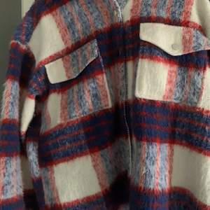 Asball skjortjacka från Gina Tricot som passar bra nu till våren/sommaren. Storlek M men sitter snyggt oversized på mig som är S. Använd fåtal gånger. Köpte den för 600kr och säljer den nu för 300kr. Vid flera intressen blir det budgivning.