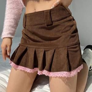 Så sjuuukt fin kjol från Zaful! Aldrig använd då den tyvärr va för liten för mig. På lappen står det st M, men jag skulle säga att den är som en S/XS. Första bilden ger en väldigt rättvis bild av färgen. Säljer direkt för 190 kr + frakt, annars lägg bud! 🤎🤎 !!JAG GJORDE FEL NÄR JAG STÄLLDE IN PRIS FÖR BUDGIVNING, SÅ OM MAN VILL BUDA LÄGRE ÄN 180kr SKRIV I KOMMENTARERNA ISTÄLLET!!