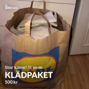 Massor me kläder i en stor kasse! Kläderna är i st xs-m, massor med jeans, byxor, tröjor, t-shirts, toppar, massor med märkes kläder som är kopior, 500kr för allt det är 35plagg