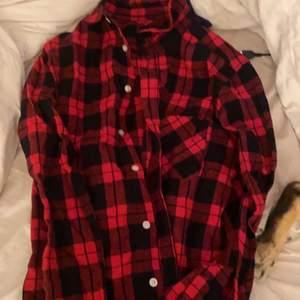 Rutig skjorta från lager 157 köpt för länge sen, aldrig använd. Köpare står för frakt❣️