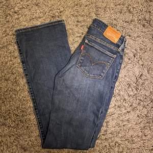 """Frakt ingår i pris! 💙💙skitsnygga äkta Levis jeans """"715 bootcut"""", sparsamt använda! Storlek 24"""