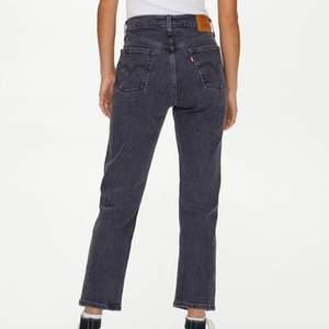 Jag säljer mina Levis jeans eftersom de inte kommer till användning. Använda ett fåtal gånger och är i mycket bra skick. Vet inte storleken men passar de som har 34/36 i vanliga jeans. Orginalpris: 1 099 kr och säljer för 450kr + frakt (köparen står för frakten).😁🤗🥰💖