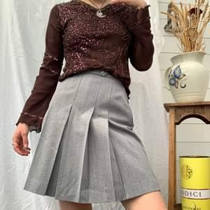 Denna kjol är så jävla snygg, men ja för liten såklart😢 ää jag får sånna 90s vibes av denna kjol! Dm för midjemått och mer info i bion.  Checka även in mina andra annonser och sammfraktar mer än gärna🤍