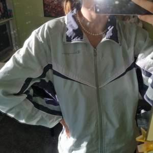 Sportig retro jacka från Champion🕊 storlek M, relativt liten i modellen. Köpt vintage, sparsamt använd🌿 köparen står för frakten! möts annars gärna upp i Göteborg :)